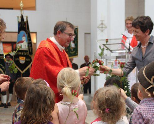 25 Jahre St. Peter: Gemeinsam mit den KITA-Kindern und weiteren Gästen wird das Jubiläum gebührend gefeiert.
