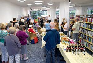 Schöne neue Bücherwelt: Die Gemeindebücherei zieht an den Schlehenring und lädt zum Lesen und Ausleihen ein.