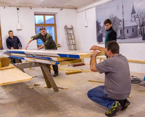 Voller Einsatz im Bürgerhaus: Der Hoaschdenger Kegelclub macht aus einem Lagerraum ein Maibaum-Stüberl.