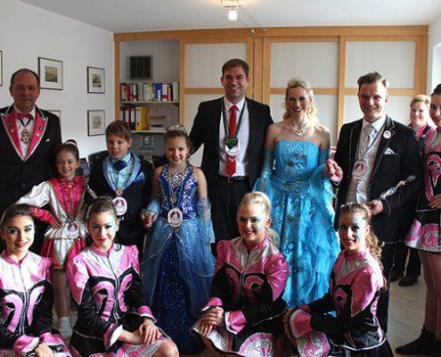 Rathaussturm am Rosenmontag: Das Kirnarra-Prinzenpaar mit Garde übernimmt das Zepter.