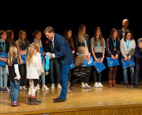 Herzlichen Glückwunsch: Bei der Sportlerehrung der Gemeinde Kirchheim wurden Sportler für ihre hervorragenden Leistungen mit Medaillen geehrt. Foto: Claudia Topel