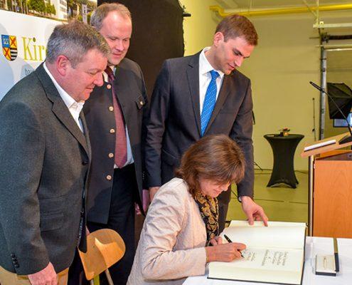 Wirtschaftsempfang 2017: Staatsministerin Ilse Aigner trägt sich als Erste in das neue Goldene Buch der Gemeinde ein. Foto: Franz-Josef Seidl