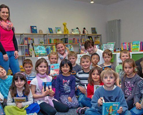 Ein Blick ins neue Buch: Nicht nur den Schülern der Klasse 1a der Grund- und Mittelschule steht viel neuer Lesestoff in der Gemeindebücherei zur Verfügung. Foto: Claudia Topel