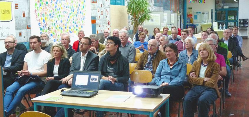 Informieren und Antworten auf Fragen erhalten: Beim Themenabend Verkehr in der Aula der Grund- und Mittelschule hatten Bürgerinnen und Bürger die Gelegenheit ihre Anregungen zum Strukturkonzept Kirchheim 2030 einzubringen.