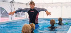 Im mobilen Schwimmbecken lernen die Teilnehmer eine sichere Schwimmtechnik, Foto: Claudia Topel