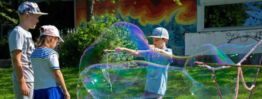Kunterbunte Seifenblasen- ein riesen Spaß für die Ferienkinder, Foto: Claudia Topel
