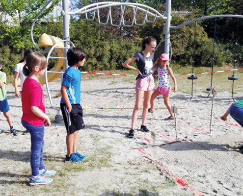 Wer springt weiter - ein Grundschüler oder ein Hase? Bei der Naturolympiade der dritten Klassen auf der Räterwiese ging es auch ums mitmachen, ausprobieren und staunen.