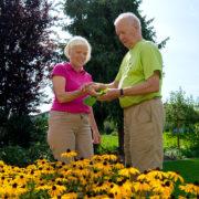 Das Ehepaar Čok in dem von Karin so geliebten Garten.