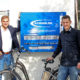 Erste-Hilfe-Kasten für Radpannen am Rathaus: Erster Bürgermeister Maximilian Böltl mit Bernd Reckeweg von Bike & Tools stellen den neuen Service vor.