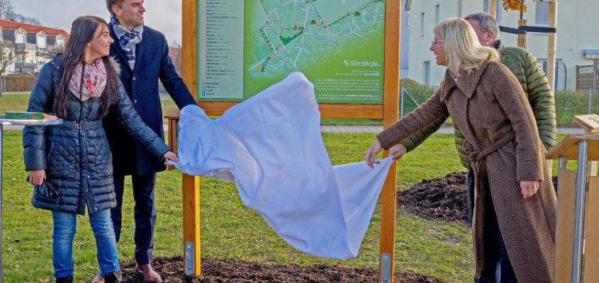 Von Baum zu Baum: Sonja Forstner, Erster Bürgermeister Maximilian Böltl, Bayern Umweltministerin Ulrike Scharf und Landtagsabgeordneter Ernst Weidenbusch eröffneten den neuen Baumlehrpfad. Der Rundgang startet am Bajuwarenhof.