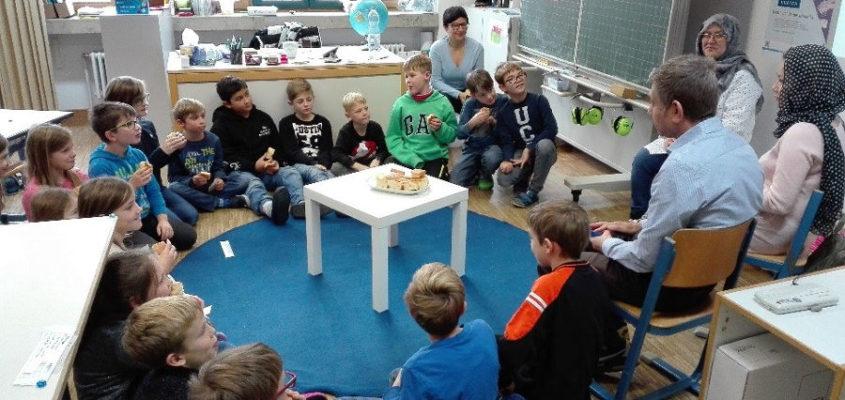 Die Kinder der Klasse 3a der Silva-Grundschule hören gebannt zu, als drei Kirchheimer Geflüchtete aus Afghanistan eine Geschichte vorlesen und von ihrem Heimatland berichten. Foto: Sabine Gmeiner
