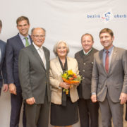 Hohe Auszeichnung: Bezirkstagspräsident Josef Mederer (3.v.l.) verlieh Rosina Duft (4.v.l.) für ihr ehrenamtliches Engagement die Bezirksmedaille.