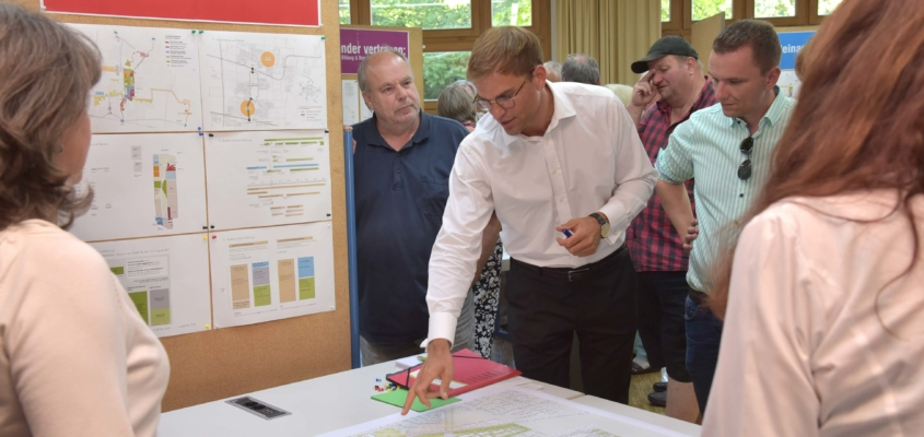 Mitmachen und Mitwirken: Beim Bürger-Workshop zur Landesgartenschau in der Silva-Grundschule nutzten rund 50 Interessierte die Möglichkeit, sich an den Thementischen zu informieren sowie Ideen, Wünsche und Anregungen einzubringen.