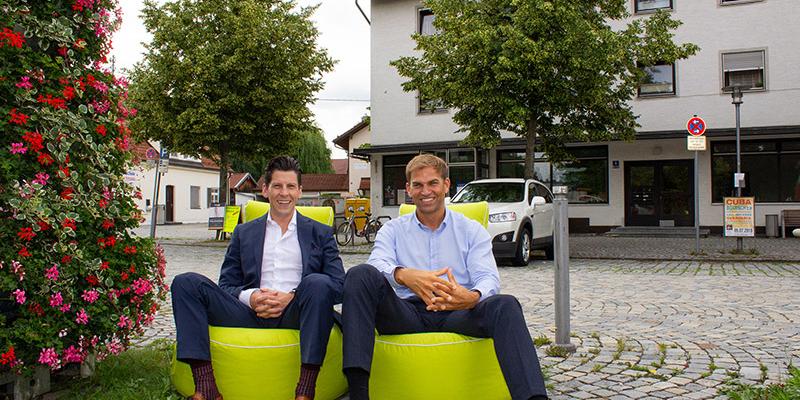 Besonderes Flair am Pfarrer-Caspar-Mayr-Platz: Wirtschaftsförderer Tobias Schock und Erster Bürgermeister Maximilian Böltl wollen den historischen Ortskern Kirchheim mit innovativen Ideen attraktiver gestalten.