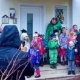 Spenden sammeln für den Spielplatz: Die kleinen Weihnachtsbäcker rund um die Kreuz- und Ottostraße machten beim Kirchheimer Adventsfensterln mit, um Geld für ihren Spielplatz zu sammeln. Neben Eltern, Nachbarn und Freunden, war auch Erster Bürgermeister Maximilian Böltl zu Gast, dem die Kinder gleich ihre Wünsche mitteilten. In Kirchheim reden die Kinder mit.