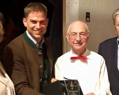Erster Bürgermeister Maximilian Böltl dankt Hans Lederwascher zusammen mit Altbürgermeister Herrmann Schuster und Zweiter Bürgermeisterin Marianne Hausladen für sein außerordentliches Engagement als Musiker.