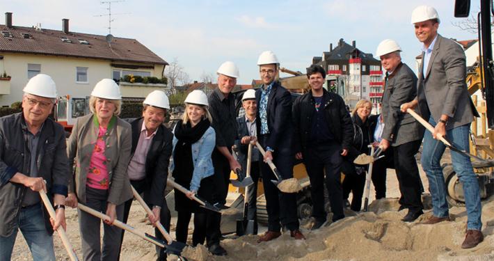 Anpacken für günstigen Wohnraum: In der Rosenstraße errichtet die Gemeinde zusammen mit der BML Bau Service eine Wohnanlage mit 14 Wohnungen und Tiefgarage.