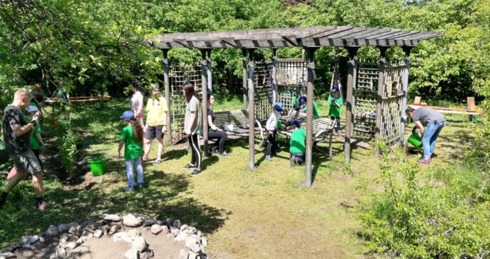 Projekte vom Baumgarten bis zum Weidentipi wurden mit vereinten Kräften umgesetzt