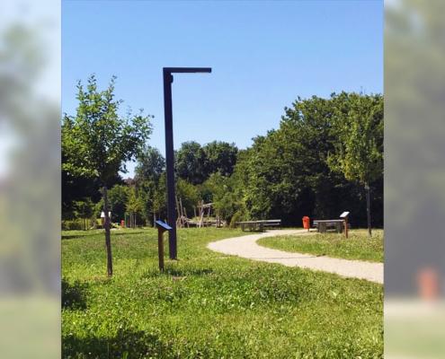 Schlaue und smarte Solarlaterne in der Nähe des Abenteuerspielplatzes