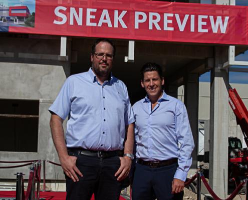 Blick ins Rechenzentrum: Projektleiter Richard Hartmann führte Wirtschaftsförderer Tobias Schock bei einer Sneak Preview im Sommer durch den Rohbau. Noch 2019 startet das SpaceNet Datacenter in Heimstetten seinen Betrieb.