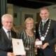 Ehre , wem Ehre gebührt: Erster Bürgermeister Maximilian Böltl überreicht Engelbert Huber seine wohlverdiente Auszeichnung.
