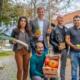 Die Freude ist groß: Familie Kirik bringt Obst und Gemüse nach Kirchheim und Roman Hummitzsch Kunst und Kreatives. Erster Bürgermeister Maximilian Böltl und Wirtschaftsförderer Tobias Schock freuen sich auf die Neueröffnungen im Ortskern Kirchheim.