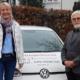 Bei der Abholung des neuen Autos: Evi Stettberger (li)., Geschäftsführerin und Günter Schindler (re.), 2. Vorstand der NBH