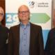 Umweltehrung des Landkreis München: Fritz Blersch und Ross Hamilton gehören zu den Geehrten. Zu den Gratulanten zählte Norbert Steinmeier, Vorsitzender der Ortsgruppe Aschheim/Feldkirchen/Kirchheim im Bund Naturschutz in Bayern.