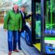 Bitte einsteigen: Bei einer Probefahrt überzeugten sich Erster Bürgermeister Maximilian Böltl und Landrat Christoph Göbel von den Vorteilen der erweiterten Buslinie 262, die Fahrgästen eine bessere Anbindung an die Nachbargemeinden bietet und Pendlern eine zusätzliche Möglichkeit zum Münchner U-Bahn-Netz schafft.