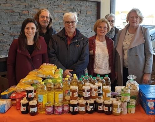 Reich gefüllte Kisten: die Organisatoren und Zweite Bürgermeisterin Marianne Hausladen freuen sich über zahlreiche Spenden.
