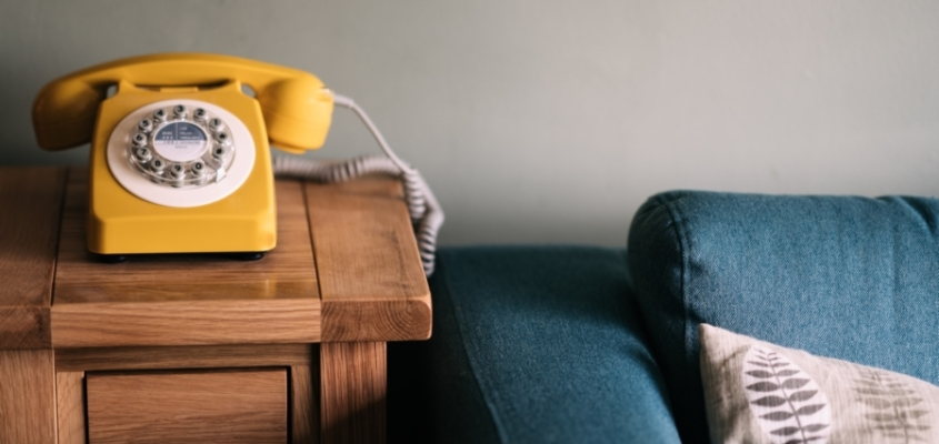 Telefonhotline gegen Einsamkeit: Ehrenamtliche Helfer bieten kostenfreie Gespräche an.