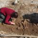 Mit Feingerät und Pinsel werden die sterblichen Überreste freigelegt.