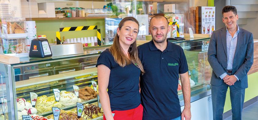 """Und jetzt ein Eis: Mit ihrem neueröffneten """"La Strada"""" an der Münchner Straße versüßen Andreea und Marius Berbec ihren Kunden den Sommer. Wirtschaftsförderer Tobias Schock freut sich, dass eine Eisdiele den Kirchheimer Ortskern noch attraktiver macht."""