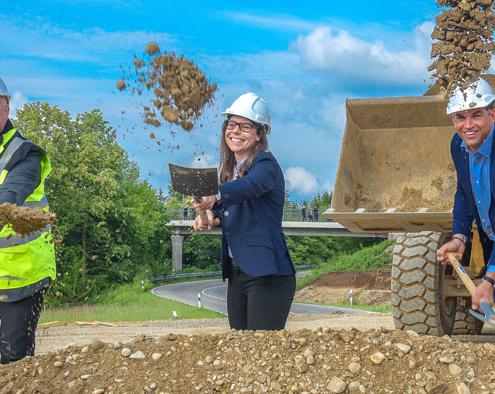 Spatenstich für Kirchheim 2030: Franz Haas vom Erschließungsträger Bayerngrund, Projektleiterin Martina Görner und Erster Bürgermeister Maximilian Böltl freuen sich, dass es jetzt richtig los geht. Begonnen wird unter anderem mit dem Neubau eines Kreisels an der Staatsstraße 2082.