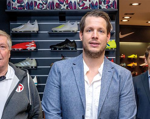 Teamplayer: Fritz und Christian Schmidl statten mit ihrem Geschäft Fußballbegeisterte und ganze Mannschaften mit dem nötigen Equipment aus. Wirtschaftsförderer Tobias Schock, selbst leidenschaftlicher Fußballfan, freut sich über den Store, der das Rätereinkaufszentrum bereichert.