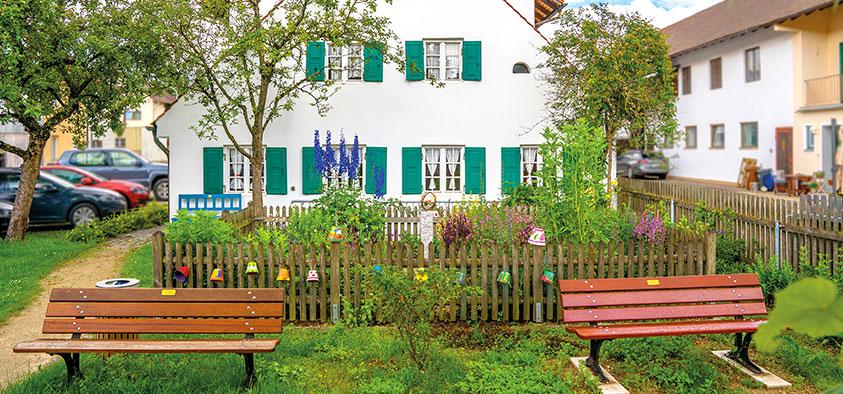 Blühendes Idyll: Der Bauerngarten am historischen Meilerhaus lässt die Vorfreude auf die Landesgartenschau 2024 wachsen. Gepflegt und gehegt wird das Stück Grün von den Blumen- und Gartenfreunden. Foto: Claudia Topel
