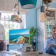 Gegen den Trend, doch genau der richtige Zeitpunkt: Petra Decker und Andreas Hotter haben ein Reisebüro eröffnet - ihr Strandhaus. Erster Bürgermeister Maximilian Böltl und Wirtschaftsförderer Tobias Schock heißen die beiden Reiseprofis in der Hauptstraße 4 willkommen und nutzen gleich die Gelegenheit, sich über nachhaltiges Reisen zu informieren.
