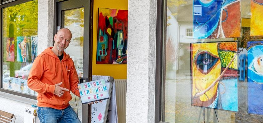 Hereinspaziert: Künstler Roman Hummitzsch lädt am Pfarrer-Caspar-Mayr-Platz Jung und Alt ein, Kunst selber zu machen.