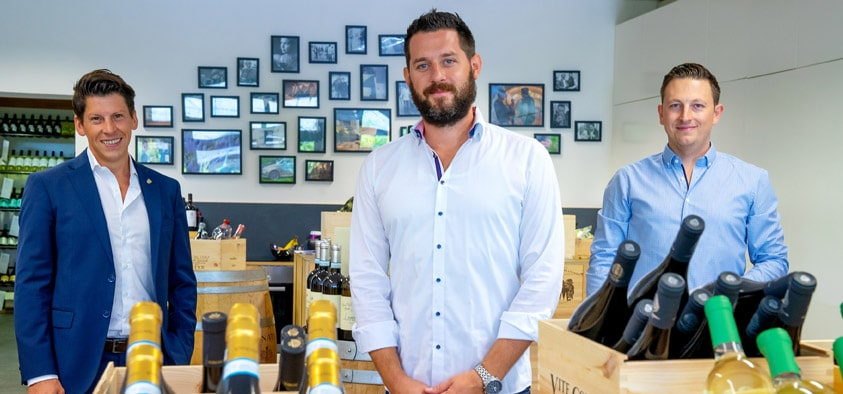 Leidenschaft für edle Tropfen: Bernhard Weigenthaler (mitte) und Stefan Arends (rechts) haben mit ihrer Weinhandlung Senti Vini ihre Leidenschaft zum Beruf gemacht. Wirtschaftsförderer Tobias Schock ist begeistert von der Weinhandlung in Heimstetten.