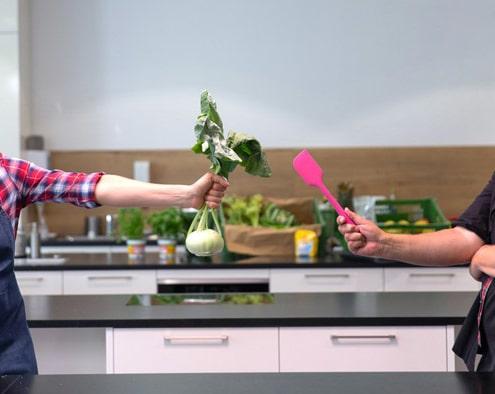 """Kirchheimer SchülerInnen kochen mit Spitzenkoch Stefan Marquard und Youtuberin Sally von """"Sallys Welt"""". Foto: © KNAPPSCHAFT 2020"""