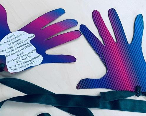 """Jeder freut sich über Umarmungen und damit diese auch aus der Ferne stattfinden können, laden wir alle Kinder und Erwachsene ein, sich an unserem """"Händeprojekt"""" zu beteiligen."""