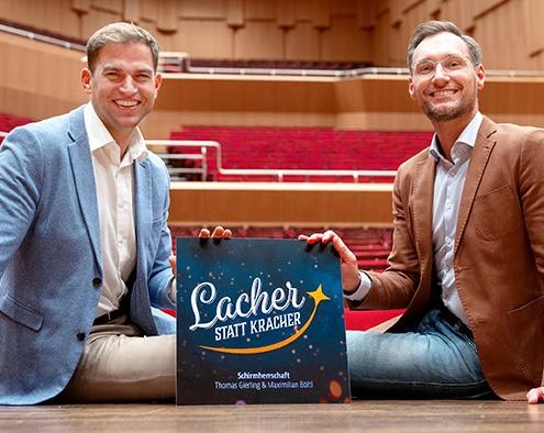 Lacher statt Kracher oder auch Bühne statt Böller: Erster Bürgermeister Maximilian Böltl und Thomas Gerling sammeln für den guten Zweck.