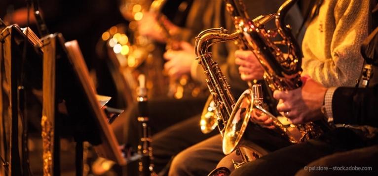Foto: Aufnahme von Saxofonisten während eines Konzerts.