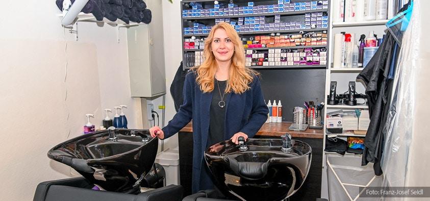 Foto: Angelika Etzelsberger in ihrem neuen Friseursalon in Kirchheim.