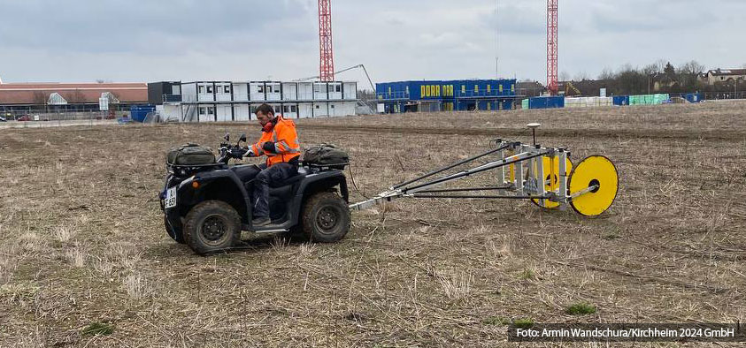 Ein Mitarbeiter der Firma Geomer aus Augsburg beim Sondieren der Flächen auf mögliche metallische Gegenstände im Boden.