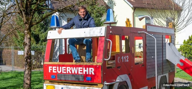 Foto: Erster Bürgermeister Maximilian Böltl auf dem neuen Feuerwehrspielplatz