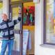 Foto: Vorstand Roman Hummitzsch vor den Räumlichkeiten des KunstRaum Kirchheim.
