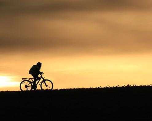 Foto: Radfahrer in der Abenddämmerung